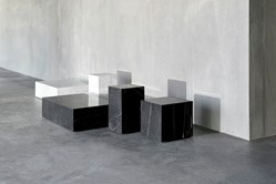 Plinth-table-basse-marbre-menu-blanc-noir